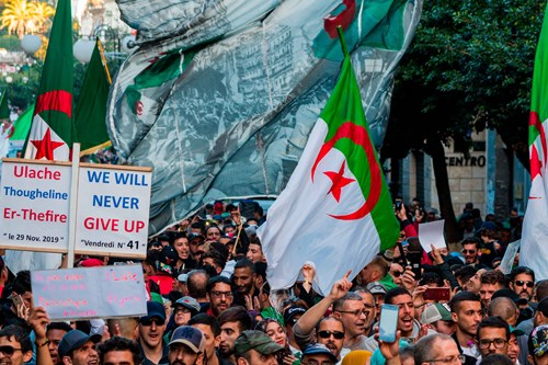Demonstranter i Algeriet